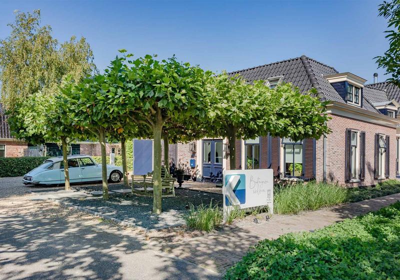 Achterzijde stolpboerderij Oostereinderweg 32 Wognum. Nu in de verkoop bij Klaver Makelaardij.